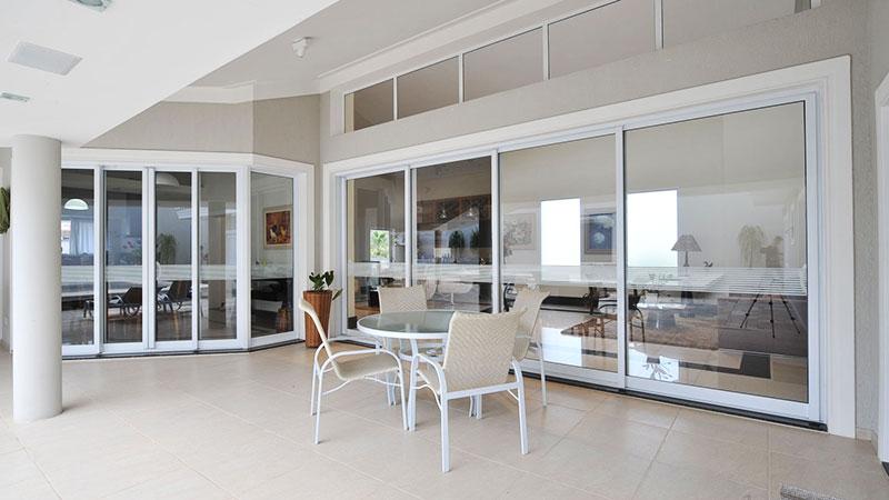 Portas e janelas de alumínio combinando com decoração branca img 2